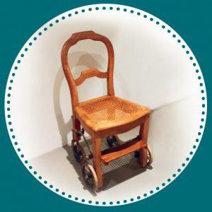 Une chaise à roulette ancienne en bois
