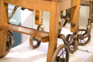 Zoom sur une ancienne chaise roulante en bois